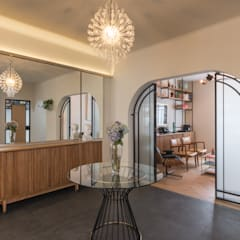 casa milton: Pasillos y recibidores de estilo  por estudio atemporal, Ecléctico