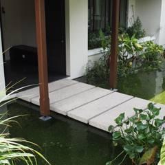 Luxury Bungalow In Sungai Penchala Kuala Lumpur:  Garden by Mode Architects Sdn Bhd, Tropical