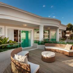Balcón de estilo  de Designer de Interiores e Paisagista Iara Kílaris