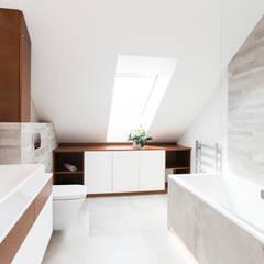 Dom Rodzinny: styl , w kategorii Łazienka zaprojektowany przez in2home