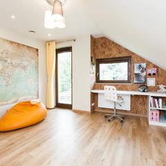 Dom Rodzinny: styl , w kategorii Pokój dla dziwczynki zaprojektowany przez in2home