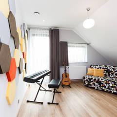 Dom Rodzinny: styl , w kategorii Domowe biuro i gabinet zaprojektowany przez in2home