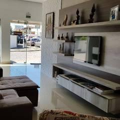novo showroom de móveis Dalmobile 2019: Eletrônicos  por Dalmobile Campo Largo,Moderno