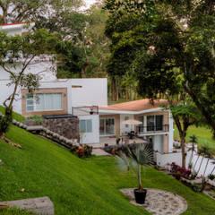 CASA COATEPEC : Jardines en la fachada de estilo  por GRUPO WALL ARQUITECTURA Y DISEÑO SA DE CV