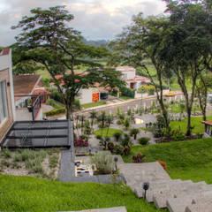 Front yard by GRUPO WALL ARQUITECTURA Y DISEÑO SA DE CV