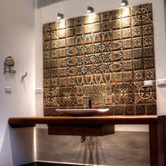 Phòng tắm phong cách thực dân bởi GRUPO WALL ARQUITECTURA Y DISEÑO SA DE CV Thực dân gốm sứ