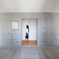 坂出のがらんどう: JMA(Jiro Matsuura Architecture office)が手掛けた廊下 & 玄関です。