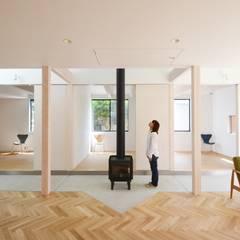 切妻と土間: JMA(Jiro Matsuura Architecture office)が手掛けたリビングです。