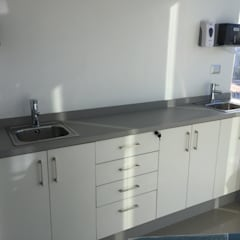 Remodelación de Clinica dental en La Dehesa, comuna de Lo Barnechea: Clínicas / Consultorios Médicos de estilo  por Arqsol