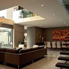 CASA DEL ANGEL 1: Pasillos y recibidores de estilo  por RARQ
