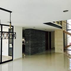 CASA SANTIAGO 1: Pasillos y recibidores de estilo  por RARQ