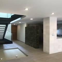 CASA DEL ANGEL 2: Pasillos y recibidores de estilo  por RARQ