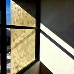CASA NARANJOS: Pasillos y recibidores de estilo  por RARQ