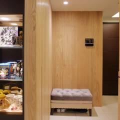 享受兩人世界的自在生活:  走廊 & 玄關 by 青築制作