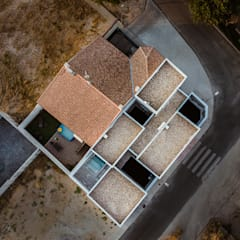 Original casa moderna con 4 patios.: Tejados planos de estilo  de OOIIO Arquitectura en Madrid