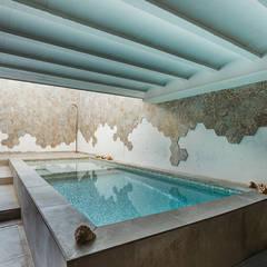 Kolam renang halaman oleh OOIIO Arquitectura, Modern Keramik