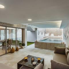 Piscinas de estilo  por OOIIO Arquitectura en Madrid,