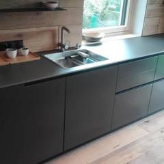 EWE50 Küche in Lack matt, satinierte Glasplatte und Eiche gebürstet- geölt.:  Einbauküche von Raumfänger, Innenarchitektur und Hausplanung