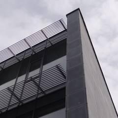 Beton architektoniczny na elewacje.: styl , w kategorii Dom jednorodzinny zaprojektowany przez Luxum