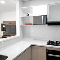 Remodelamos tu cocina de Remodelar Proyectos Integrales Moderno Derivados de madera Transparente