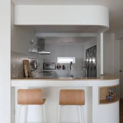 길동 희훈리치파크 32평 아파트 인테리어: 카멜레온디자인의  주방,