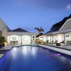 Residência em Alphaville: Piscinas de jardim  por Thais Araújo - Arquitetura e Interiores