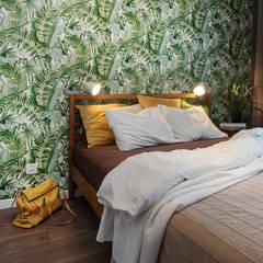 Mieszkanie dwupokojowe dla zapalonej podróżniczki: styl , w kategorii Małe sypialnie zaprojektowany przez Ama Studio