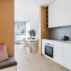 Małe mieszkanie na wynajem: styl , w kategorii Aneks kuchenny zaprojektowany przez ZAWICKA-ID Projektowanie wnętrz