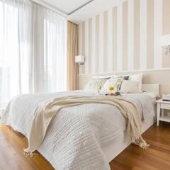 Apartament inspirowany stylem New York: styl , w kategorii Sypialnia zaprojektowany przez ZAWICKA-ID Projektowanie wnętrz,