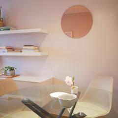Quando uma sala se transforma em sala e quarto Salas de jantar escandinavas por Tangerinas e Pêssegos - Design de Interiores & Decoração no Porto Escandinavo