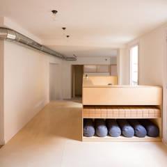 THE YOGA BOX: Estudios y despachos de estilo  de MONTOLIU HERNANDEZ , Moderno