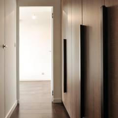 Apartament w Katowicach: styl , w kategorii Korytarz, przedpokój zaprojektowany przez TIKA DESIGN