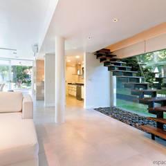Constructora Familiar: Escaleras de estilo  por Palmeras Construcciones