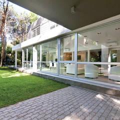 Constructora Familiar: Pasillos y recibidores de estilo  por Palmeras Construcciones,Moderno Vidrio