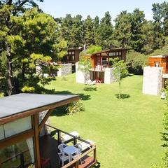 Santas Cabañas: Casas multifamiliares de estilo  por Palmeras Construcciones,Moderno Madera Acabado en madera