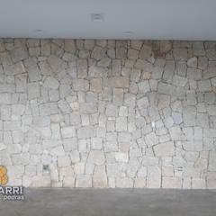 REVESTIMENTO DE PAREDE INTERNA COM PEDRA MOLEDO BRANCA.: Paredes  por Bizzarri Pedras