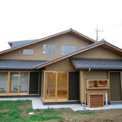 和の香る住まい: 株式会社高野設計工房が手掛けた木造住宅です。