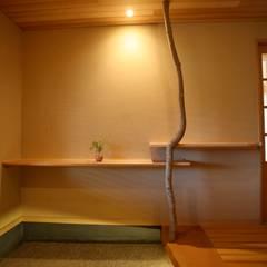 和の香る住まい: 株式会社高野設計工房が手掛けた廊下 & 玄関です。