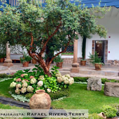 Diseño arquitectónico paisajista: Jardines en la fachada de estilo  por Rafael Rivero Terry arquitecto paisajista,