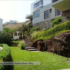 """Proyecto paisajista """"Casa jardín"""". Club náutico Poseidon, Pucusana Lima Perú.: Jardines de estilo  por Rafael Rivero Terry arquitecto paisajista, Ecléctico"""