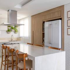Cozinha sofisticada com integração total: Cozinhas  por MIS Arquitetura e Interiores