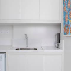Cozinha sofisticada com integração total: Armários e bancadas de cozinha  por MIS Arquitetura e Interiores,Minimalista