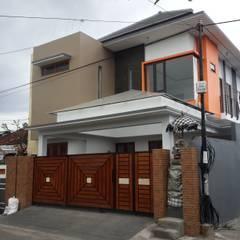 Dharma House: Carport oleh KuntArch Studio, Modern Kaca
