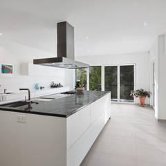 Cocinas equipadas de estilo  por Baufritz (UK) Ltd.,