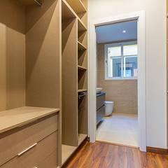 Reformas integral de piso - Calle Calatrava: Vestidores de estilo  de LCC, Licitaciones y Contrataciones de Construcción