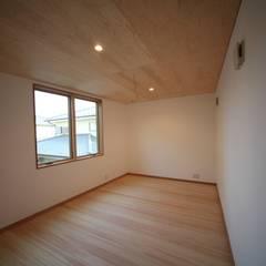 立地を楽しむ三階建: 株式会社高野設計工房が手掛けた子供部屋です。,北欧