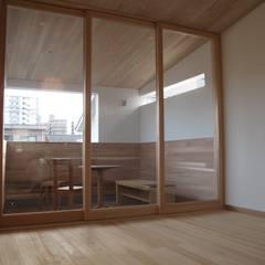 立地を楽しむ三階建: 株式会社高野設計工房が手掛けたテラス・ベランダです。,北欧