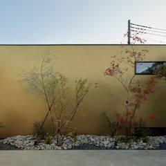 Jardines japoneses de estilo  de 稲山貴則 建築設計事務所