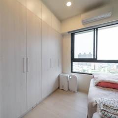 Projekty,  Małe sypialnie zaprojektowane przez 藏私系統傢俱, Skandynawski