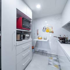 25坪簡約紓壓北歐風|收納機能強大的好宅:  小廚房 by 藏私系統傢俱